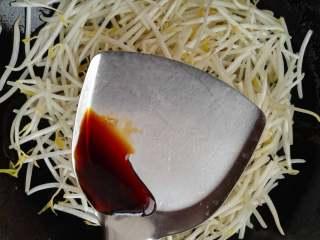 春天的味道-韭菜炒银芽,待绿豆芽有点塌的时候,加入生抽,翻炒均匀。