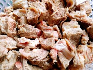 干豆角烧牛肉,牛腩切块洗干净,出一下水(放进锅里煮开,水倒了,反复用自来水冲洗)
