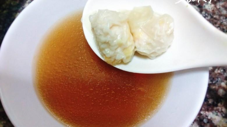 鸡汤云吞,舀一碗灵芝鸡汤,捞起云吞