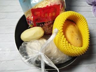 花边披萨~饺子皮平底锅版,我做了一个鸡肉土豆,一个水果的,现在以土豆肌肉的为例。准备食材。