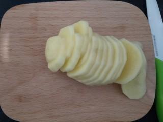 花边披萨~饺子皮平底锅版,土豆要切片,要不然时间短了土豆不好熟,时间长了,底下的皮就会焦。如果是水果可以切片,块都可以了。