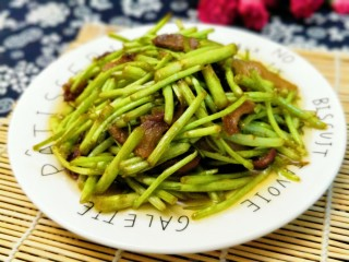 芦蒿炒腊肉,芦蒿鲜嫩的茎杆,清香,鲜美,脆嫩爽口,营养丰富。