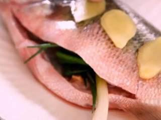 远看是蟹黄,近看像蟹黄,嘴里尝一尝,其实赛蟹黄!,将葱结塞入鱼腹中,鱼身放姜片、淋上料酒