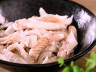 远看是蟹黄,近看像蟹黄,嘴里尝一尝,其实赛蟹黄!,鱼身晾凉后,拆鱼肉备用