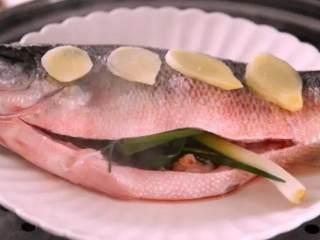 远看是蟹黄,近看像蟹黄,嘴里尝一尝,其实赛蟹黄!,沸水入蒸锅,蒸8分钟,晾凉备用