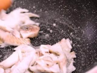 远看是蟹黄,近看像蟹黄,嘴里尝一尝,其实赛蟹黄!,倒入鱼肉翻炒均匀