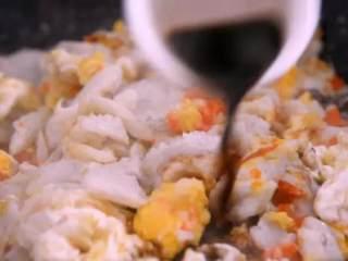 远看是蟹黄,近看像蟹黄,嘴里尝一尝,其实赛蟹黄!,倒入蛋黄,再次翻炒均匀,再倒入清水、料酒、香醋、盐,调味