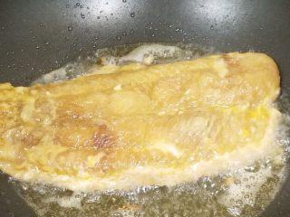 番茄沙巴鱼,在裹淀粉的时候油锅就可以备起来啦。鱼肉过油炸至两面金黄,还有就是剩余的蛋液不要浪费,鱼肉出锅前剩余蛋液淋在鱼身上一块出锅哦。