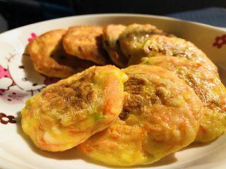 胡萝卜鸡蛋虾肉饼,又鲜又软的胡萝卜鸡蛋鲜虾饼就做好了,真的很鲜哦