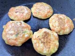 胡萝卜鸡蛋虾肉饼,一面煎定形后,翻面继续小火煎至熟透