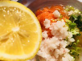 胡萝卜鸡蛋虾肉饼,挤入新鲜的柠檬汁