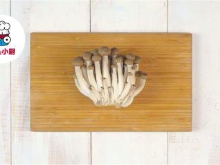 超低脂蘑菇浓汤,口蘑100g切片,蟹味菇70g切去根部