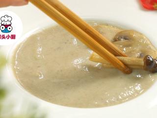 超低脂蘑菇浓汤,铺入菌菇,撒上少许香草碎