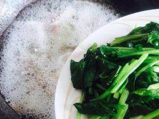春季养生汤~枸杞菠菜猪肝汤,倒入菠菜