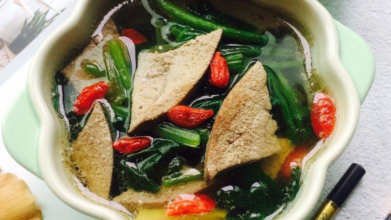 春季养生汤~枸杞菠菜猪肝汤,装在喜欢的器皿