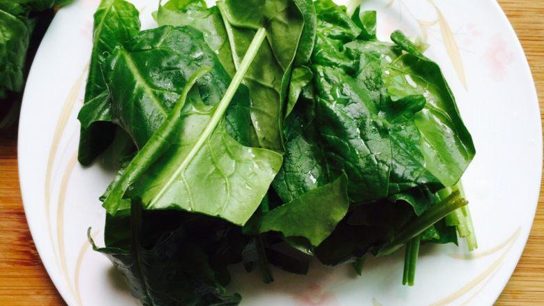 春季养生汤~枸杞菠菜猪肝汤,将菠菜去掉根部切成段备用