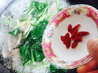 春季养生汤~枸杞菠菜猪肝汤,最后再放入枸杞
