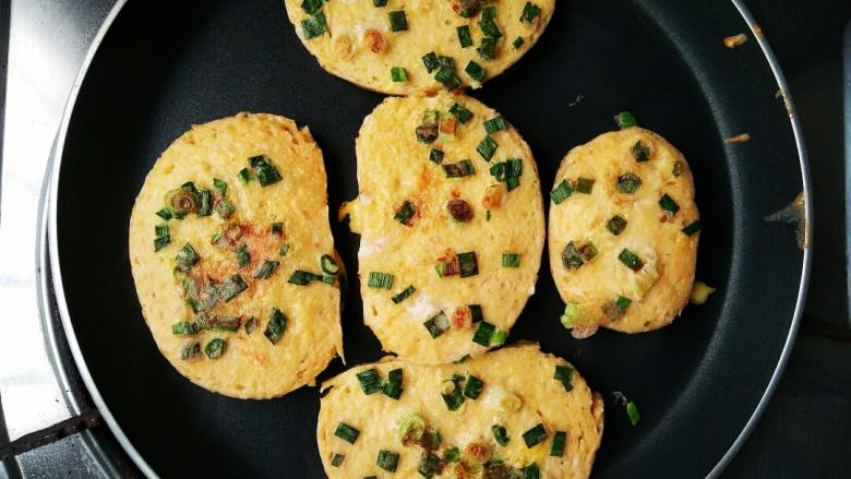 无油香煎馒头片――十分钟快手营养早餐,根据个人口感喜好,喜欢外焦脆的就多翻面几次,煎至焦黄。