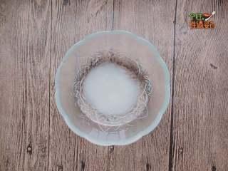 酸甜橙香藕片,取小碗,放入白砂糖2勺、白醋2勺、鹽半勺、涼白開2勺