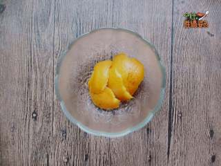 酸甜橙香藕片,橙子用鹽清洗干凈表皮,用刀取皮待用,只要橙子皮,里面的白膜不用會發苦的