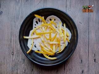 酸甜橙香藕片,把藕片和橙子皮放入容器內
