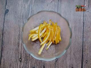 酸甜橙香藕片,把橙子皮切成絲