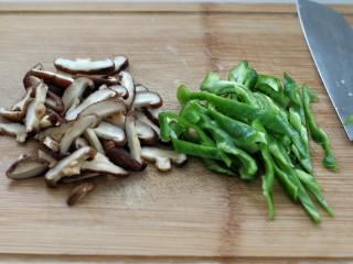 黄焖鸡米饭,干香菇提前泡发切片,青椒切条状