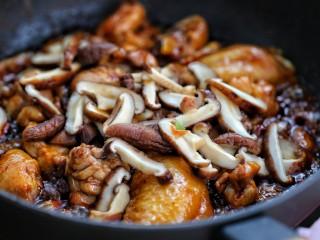 黄焖鸡米饭,再放入香菇翻炒均匀