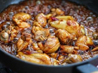 黄焖鸡米饭,调入生抽、老抽炒至鸡肉上色