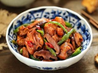黄焖鸡米饭,一道肉质鲜美、汤汁浓厚的黄焖鸡米饭就做好了,记得要提前焖好米饭哦!