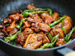 黄焖鸡米饭,再按照个人口味调入适量的盐,翻炒均匀即可
