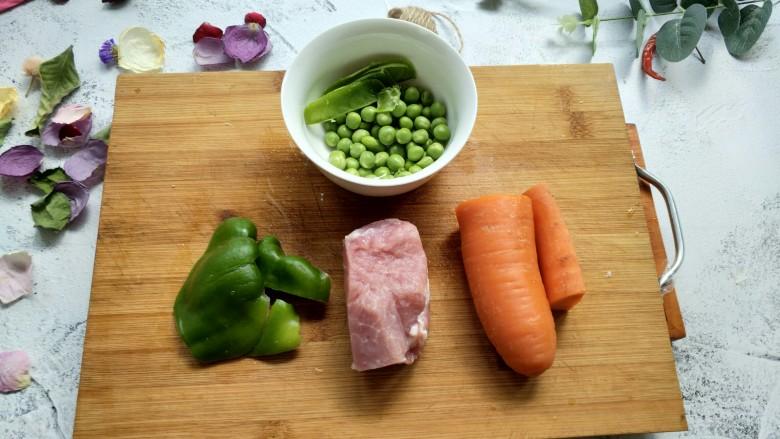 胡萝卜炒豌豆,所有食材洗净。