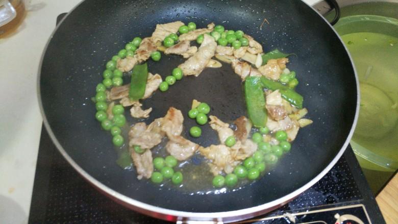 胡萝卜炒豌豆,加入少量清水,煮2分钟。
