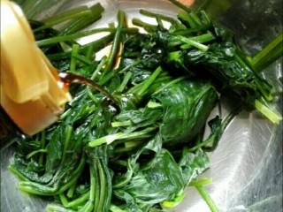 凉拌果仁菠菜,沥过水的菠菜中加入生抽、醋