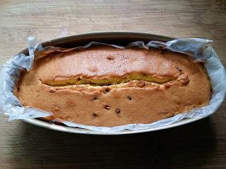 百香果磅蛋糕,出炉后立即侧扣脱模