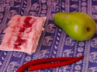 葫芦瓜炒肉,准备五花肉 葫芦瓜 红椒这些食材