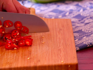 葫芦瓜炒肉,红椒切成小细圈