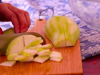 葫芦瓜炒肉,葫芦瓜削皮后切成片