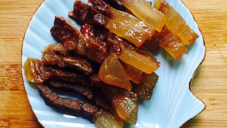腊肉炒芥菜,蒸熟后的腊肉切块备用