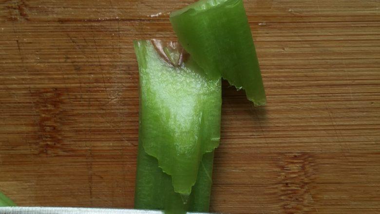 腊肉炒芥菜,如图所示:斜着切成片状