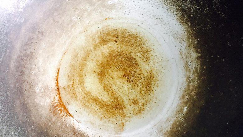 腊肉炒芥菜,炒锅加热倒入食用油