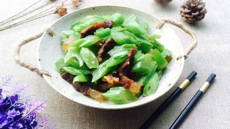 腊肉炒芥菜,盛在喜欢的盘子,完美✌️