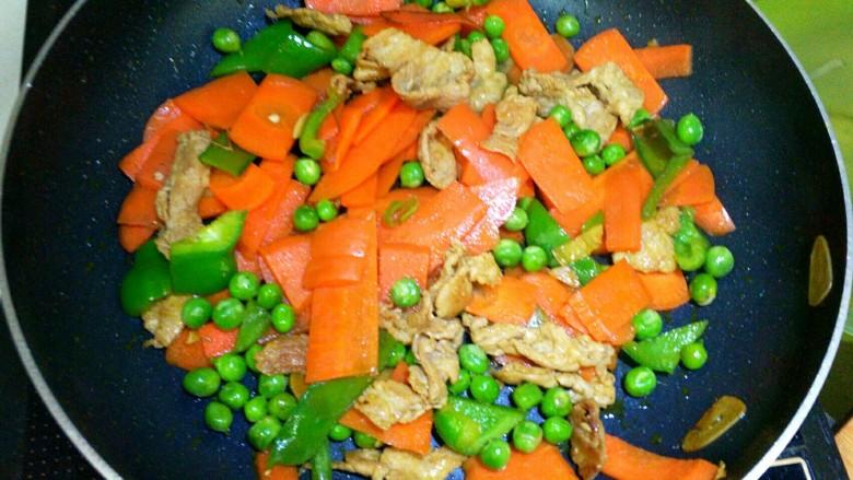 胡萝卜炒豌豆,搅拌均匀,准备出锅。