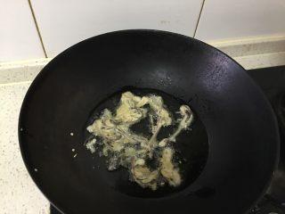 豆面香椿芽,热锅凉油,香椿挂好面糊放入锅内煎制微黄时捞出。