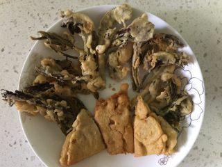 豆面香椿芽,如果剩下多余的面糊,可以放点花椒粉用锅里剩下的油煎了,即不浪费也很粗脆可口。