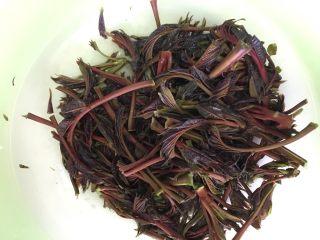 豆面香椿芽,新鲜的香椿洗净,用盐腌2-3个小时。吃之前在取出适量用清水洗一下,去掉多余的盐分。