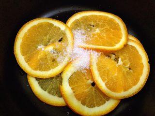 橙香蛋糕卷,橙子洗干净切成薄片,加入两勺糖(配方外大概10克即可)