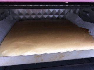 橙香蛋糕卷,烤好出炉,出炉从高处摔一下震出热气