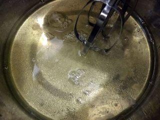 橙香蛋糕卷,蛋清放在无油无水的盆里加入30克糖