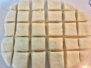 葱香肉松吐司面包,用刀切成小块。